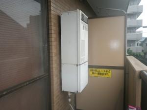 マンションベランダ設置給湯器交換工事(横浜市鶴見区下野谷町) 施工前