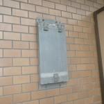 マンションベランダ設置給湯器交換工事(横浜市鶴見区下野谷町) 撤去後1