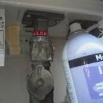 ガスふろ給湯器交換工事(神奈川県茅ヶ崎市) 取付、ガス漏れチェック中
