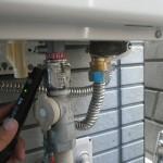 壁掛け給湯器交換工事(横浜市磯子区洋光台) 漏れ確認中